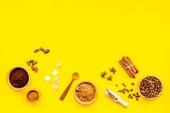 Ингридиенты для хлебопекарни и десертов Циннамон, какао, кофе, сахар, специи на желтом космосе взгляд сверху предпосылки для текс Стоковые Изображения