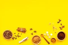 Ингридиенты для хлебопекарни и десертов Циннамон, какао, кофе, сахар, специи на желтом космосе взгляд сверху предпосылки для текс Стоковые Изображения RF