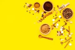 Ингридиенты для хлебопекарни и десертов Циннамон, какао, кофе, сахар, специи на желтом космосе взгляд сверху предпосылки для текс Стоковое Изображение RF