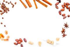 Ингридиенты для хлебопекарни и десертов Циннамон, какао, сахар, специи на белом космосе взгляд сверху предпосылки для текста Стоковая Фотография RF