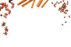 Ингридиенты для хлебопекарни и десертов Циннамон, какао, сахар, специи на белом космосе взгляд сверху предпосылки для текста Стоковые Фотографии RF