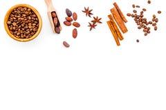 Ингридиенты для хлебопекарни и десертов Циннамон, какао, сахар, специи на белом космосе взгляд сверху предпосылки для текста Стоковая Фотография