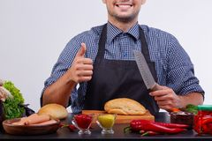 Ингридиенты для хот-догов Варящ людей изолированных на белой предпосылке стоковая фотография rf