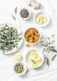 Ингридиенты для чая на светлой предпосылке, взгляд сверху вытрезвителя печени противоокислительн Сухие травы, корни, цветки для р стоковые изображения rf