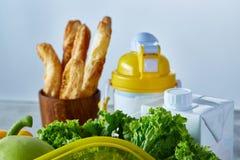 Ингридиенты для школьного обеда и пластмасового контейнера на таблице, конца-вверх, селективного фокуса Стоковое Изображение RF