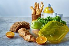 Ингридиенты для школьного обеда и пластмасового контейнера на таблице, конца-вверх, селективного фокуса Стоковая Фотография