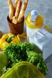 Ингридиенты для школьного обеда и пластмасового контейнера на таблице, конца-вверх, селективного фокуса Стоковое фото RF