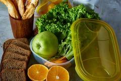 Ингридиенты для школьного обеда и пластмасового контейнера на таблице, конца-вверх, селективного фокуса Стоковая Фотография RF