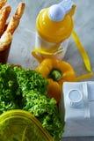 Ингридиенты для школьного обеда и пластмасового контейнера на таблице, конца-вверх, селективного фокуса Стоковое Изображение