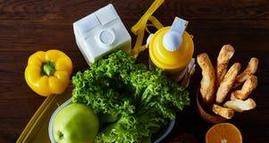 Ингридиенты для школьного обеда и пластмасового контейнера на таблице, конца-вверх, селективного фокуса Стоковое Фото