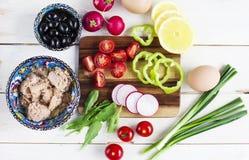 Ингридиенты для vegetable салата Nicoise: оливки, яичка, зеленые цвета, овощи, тунец Стоковая Фотография