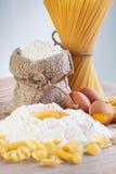 ингридиенты муки яичек делая макаронные изделия Стоковые Изображения RF