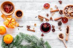 Ингридиенты обдумывали вино или грог с специями и цитрусом на вечер зимы Канун Нового Годаа рождества Деревянная верхняя часть пр Стоковое Изображение RF