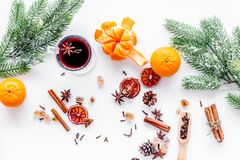 Ингридиенты обдумывали вино или грог с специями и цитрусом на вечер зимы Канун Нового Годаа рождества Белая верхняя часть предпос Стоковое Изображение