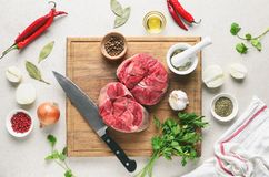 Ингридиенты тушёного мяса говядины на кухонном столе, кулинарном backround Стоковые Фотографии RF