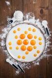 Ингридиенты хлебопекарни - мука, яичка, масло, сахар, желток Сладостная концепция выпечки печенья Плоское положение, взгляд сверх стоковые изображения