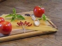 Ингридиент pepperoni спагетти на деревянной прерывая доске красной и Стоковое Изображение RF