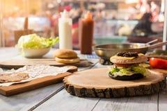 Ингридиенты бургера на деревянной доске Стоковое Фото