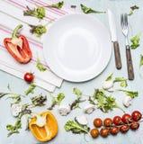 Ингридиенты варя томаты вишни салата, салат, перцы, spices масло положенное вне вокруг ба белой плиты деревянного деревенского Стоковая Фотография RF