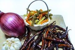 ингридиенты вишни предпосылки изолировали белизну томата спагетти макаронных изделия Стоковая Фотография
