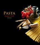 ингридиенты вишни предпосылки изолировали белизну томата спагетти макаронных изделия Стоковые Фото