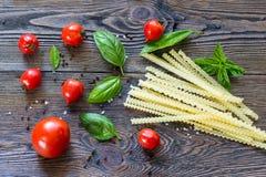 ингридиенты вишни предпосылки изолировали белизну томата спагетти макаронных изделия Вишн-томаты, макаронные изделия спагетти, ба Стоковые Фотографии RF