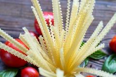 ингридиенты вишни предпосылки изолировали белизну томата спагетти макаронных изделия Вишн-томаты, макаронные изделия спагетти, ба Стоковое Изображение RF