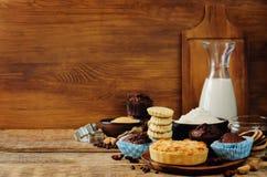 Ингридиенты выпечки и инструменты выпечки Стоковое Изображение RF