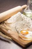 Ингридиенты выпечки с ушами пшеницы на борту Стоковая Фотография RF