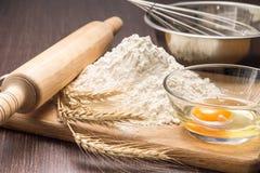 Ингридиенты выпечки с ушами пшеницы на борту Стоковое Изображение