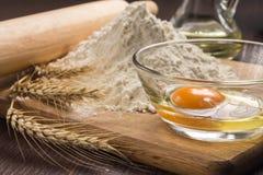 Ингридиенты выпечки с ушами пшеницы Стоковая Фотография RF