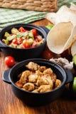 Ингридиенты готовые для подготавливать тако цыпленка при сальса сделанная от авокадоа, томатов, и перцев чилей Стоковое фото RF