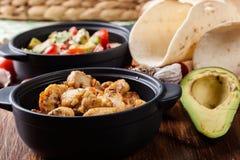 Ингридиенты готовые для подготавливать тако цыпленка при сальса сделанная от авокадоа, томатов, и перцев чилей Стоковое Фото