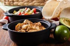 Ингридиенты готовые для подготавливать тако цыпленка при сальса сделанная от авокадоа, томатов, и перцев чилей Стоковые Фотографии RF