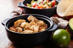Ингридиенты готовые для подготавливать тако цыпленка при сальса сделанная от авокадоа, томатов, и перцев чилей Стоковые Фото