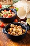 Ингридиенты готовые для подготавливать тако цыпленка при сальса сделанная от авокадоа, томатов, и перцев чилей Стоковая Фотография