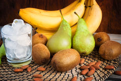 Ингридиенты зеленых smoothies: бананы, киви, груши и лед Стоковая Фотография RF