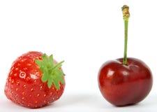 Ингридиенты, клубника и вишня фруктового салата лета стоковые фотографии rf