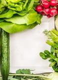 Ингридиенты овощей салата вокруг белого деревянного подноса, взгляд сверху Стоковое фото RF