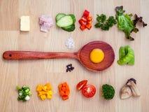 Ингридиенты домодельного омлета на деревянной панели различный овощ Стоковое Изображение
