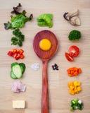 Ингридиенты домодельного омлета на деревянной панели различный овощ Стоковые Фото