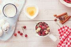 Ингридиенты пирога клюквы, Яблока и грецкого ореха Стоковое фото RF