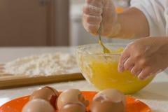 Ингридиенты ребенка смешивая в смешивая шаре Стоковые Фотографии RF