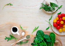 Ингридиенты томата и салата зеленых цветов Стоковое Изображение