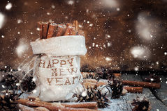Ингридиенты циннамона и рождества с снегом нарисованным влиянием Стоковое Изображение RF
