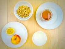 Ингридиенты, яблоко, сыр, грецкие орехи и мед Smoothie питательные Стоковые Изображения RF