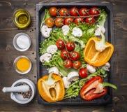 Ингридиенты для варить вегетарианский ассортимент салата верхней части предпосылки деревянной коробки свежих овощей фермы деревян Стоковые Фото