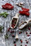 Ингридиенты для высушенных томатов, который держат в оливковом масле Стоковое Изображение