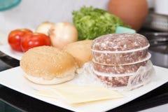 Ингридиенты для гамбургера перед варить Стоковое Изображение RF
