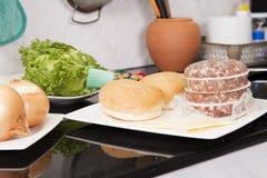 Ингридиенты для гамбургера перед варить Стоковая Фотография RF